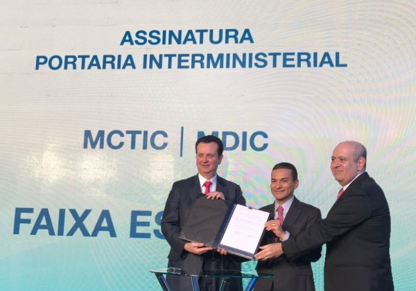 Os ministros Gilberto Kassab e Marcos Pereira com o vice-presidente da Abratel, Luiz Cláudio Costa após a assinatura da Portaria.